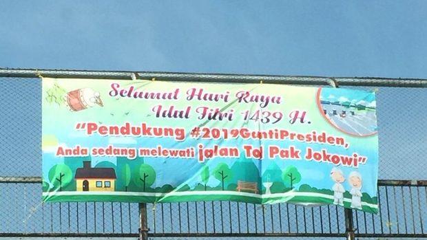 Spanduk 'Pendukung #2019GantiPresiden Anda sedang melewati jalan Tol Pak Jokowi'