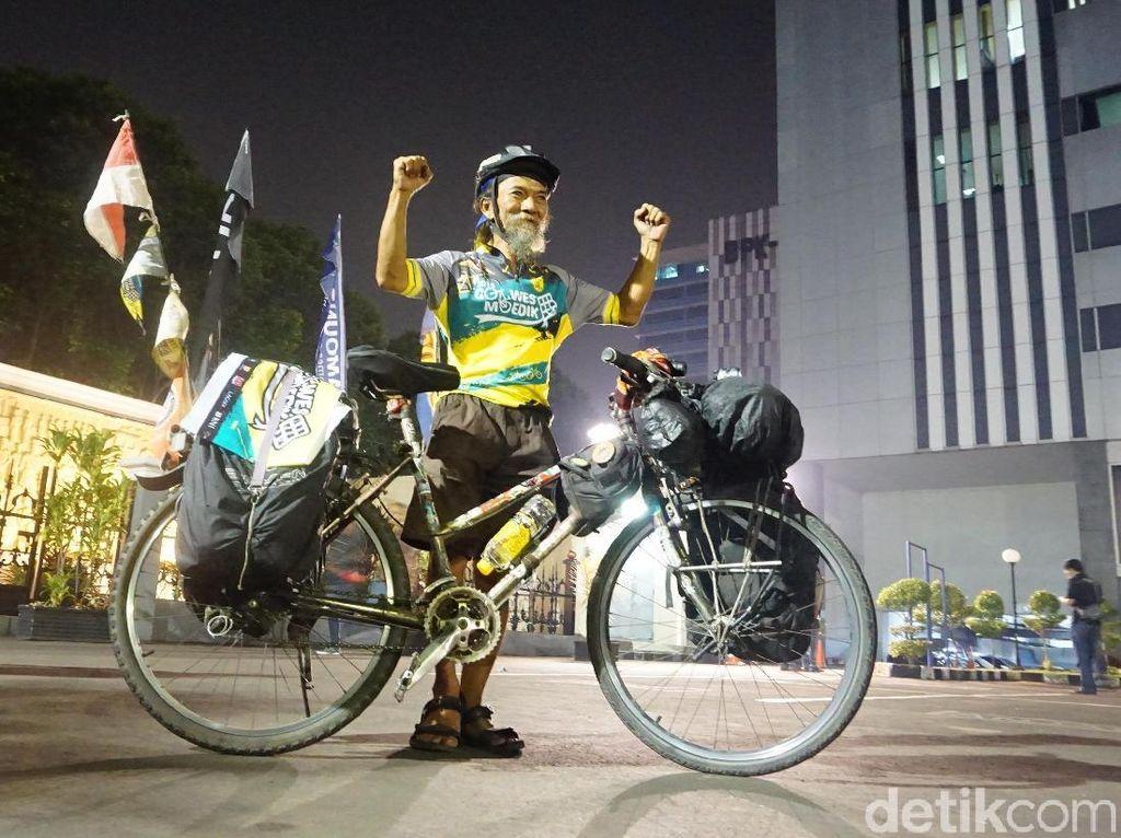 Kisah John Maynard Berkeliling Nusantara Menggunakan Sepeda