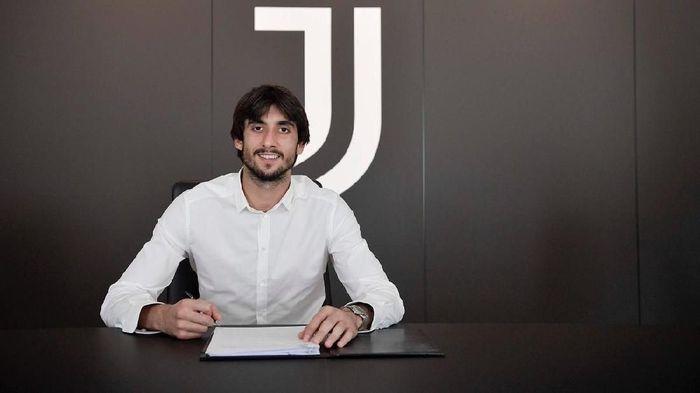 Mattia Perrin saat menanda tangani kontrak dengan Juventus. (Foto: Twitter @MattiaPerin)