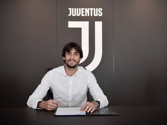 Mattia Perin tak bisa menolak Juventus. (Foto: Twitter @MattiaPerin)