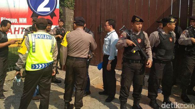 KPK menggeledah rumah mantan Bupati Tulungagung, Jawa Timur, Syahri Mulyo, Sabtu (9/6/2018)