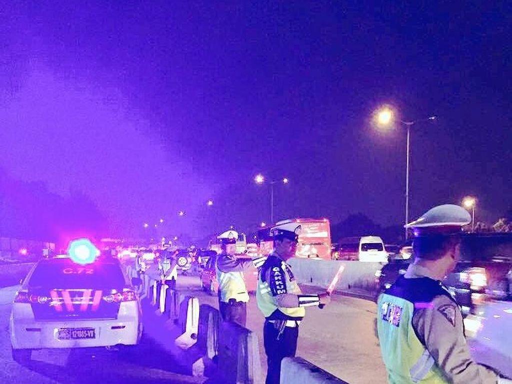 Urai Macet Mudik, Polisi Berlakukan Buka Tutup di Tol Cikunir