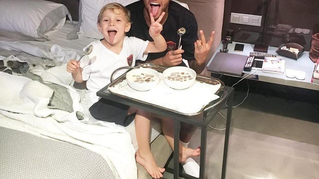 Ini 10 Bukti Kalau Neymar Hobi Mencicip Makanan Bersama Temannya!