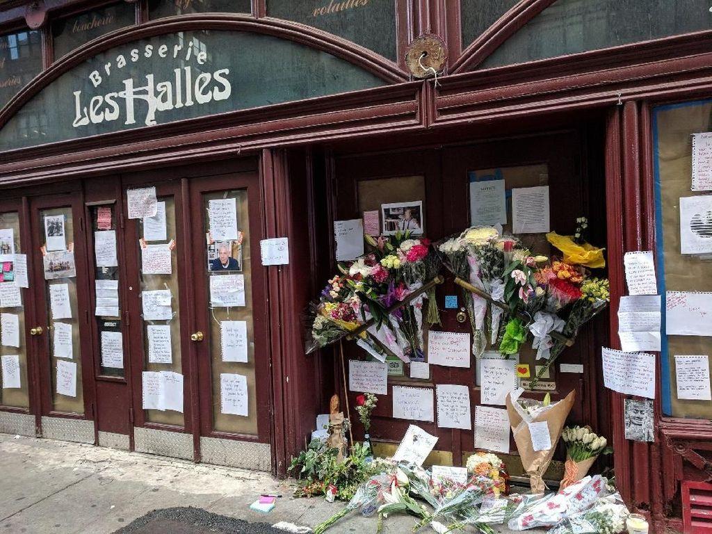 Restoran Pertama Anthony Bourdain Dipenuhi Bunga dan Ucapan Duka Penggemarnya