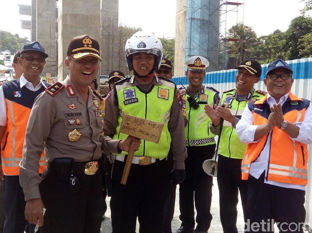 Polisi Dorong Mobil di Tanjakan Kali Kenteng Terima Ganjal Emas