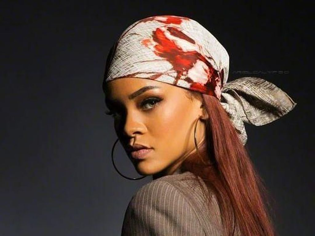 10 Gaya Unik Pakai Scarf ala Selebriti, Rihanna hingga Anne Hathaway