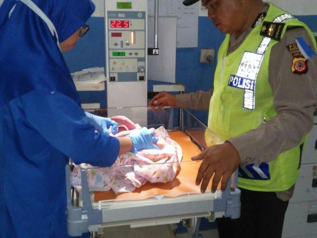 Polisi Bantu Ibu Pemudik yang Melahirkan di Tol Purbaleunyi