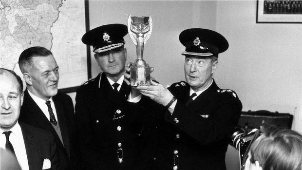 Kepolisian Norwood memamerkan trofi Piala Dunia yang sempat hilang.