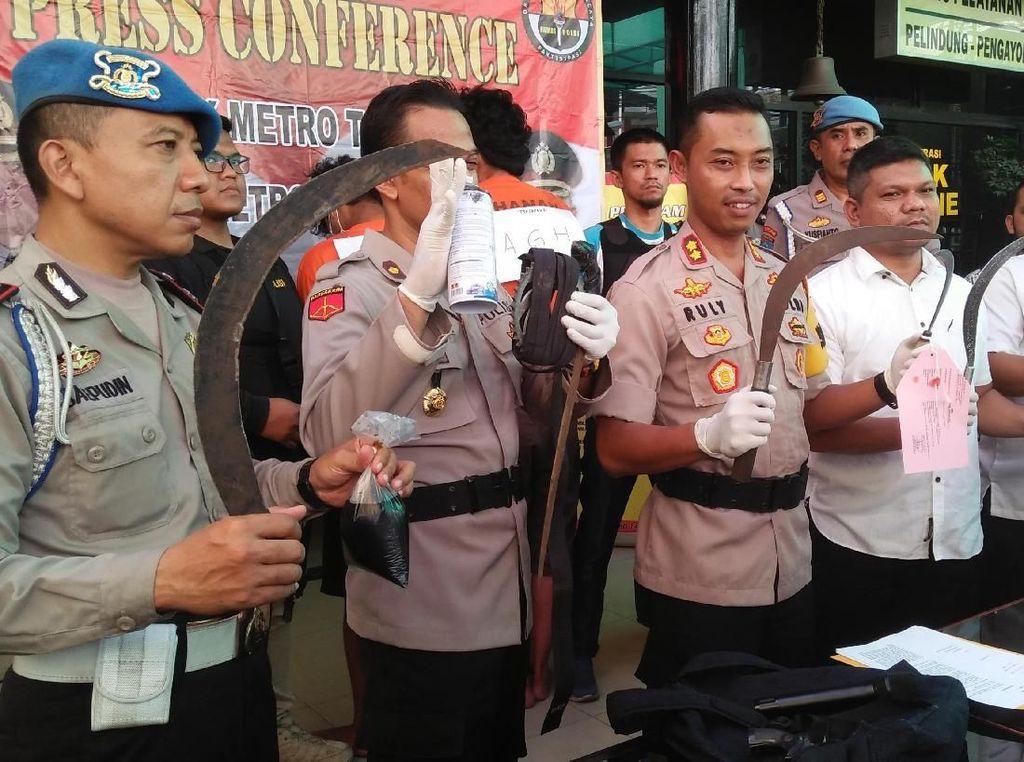 Polisi Tangkap Peserta SOTR di Tamansari, 7 Senjata Tajam Disita