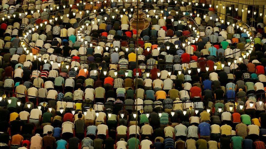 Suasana Salat Tarawih di Masjid Suleymaniye di Turki