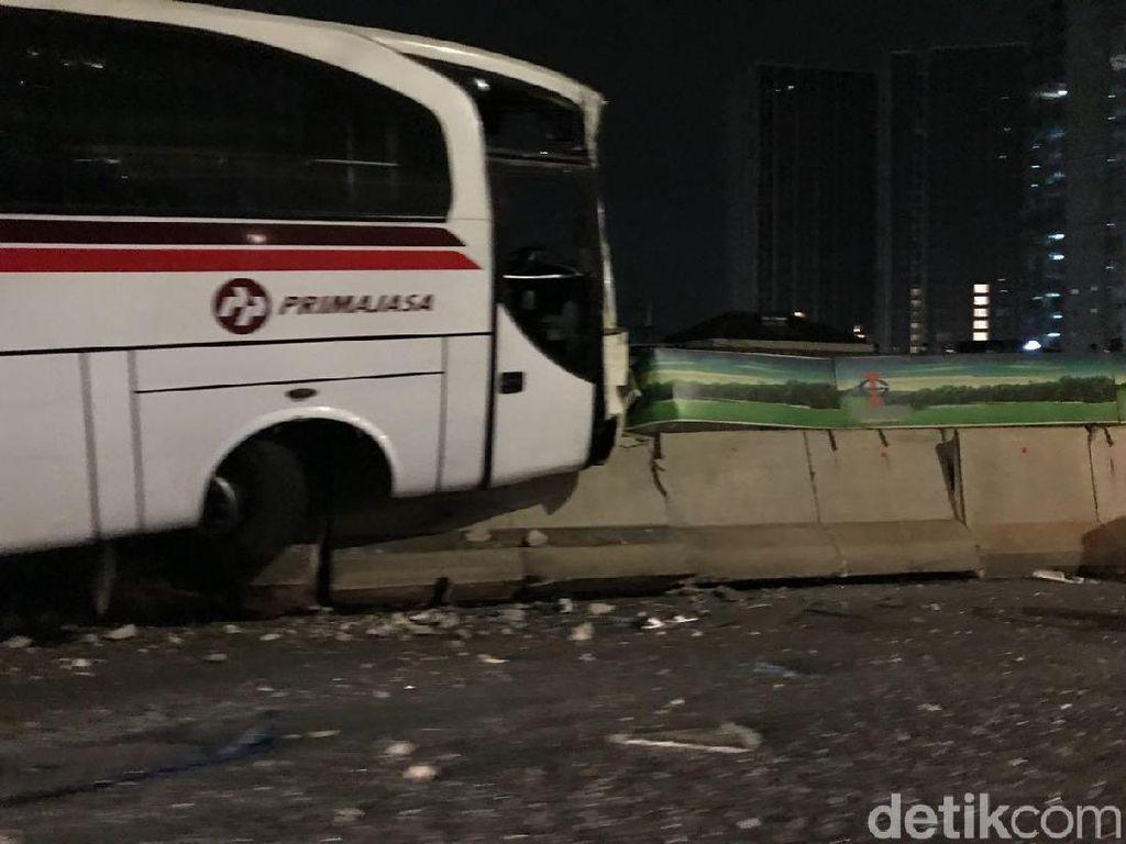 Ada Bus Tabrak Pembatas Jalan di KM 23 Tol JORR