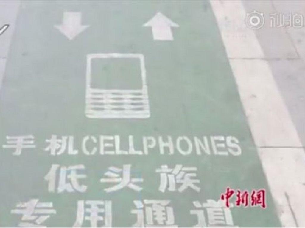 China Sediakan Lajur Khusus Untuk Para Zombie Ponsel di Jalanan