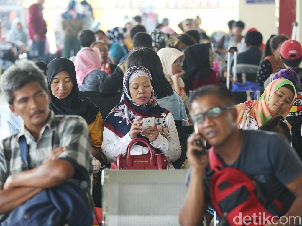 Ribuan Pemudik Padati Terminal Pulo Gebang
