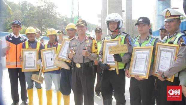 'Ganjal Emas' untuk Polisi Pembantu Pemudik Tanjakan Kenteng