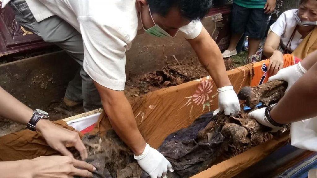 Foto: Ritual Ganti Baju Jenazah Orang Toraja