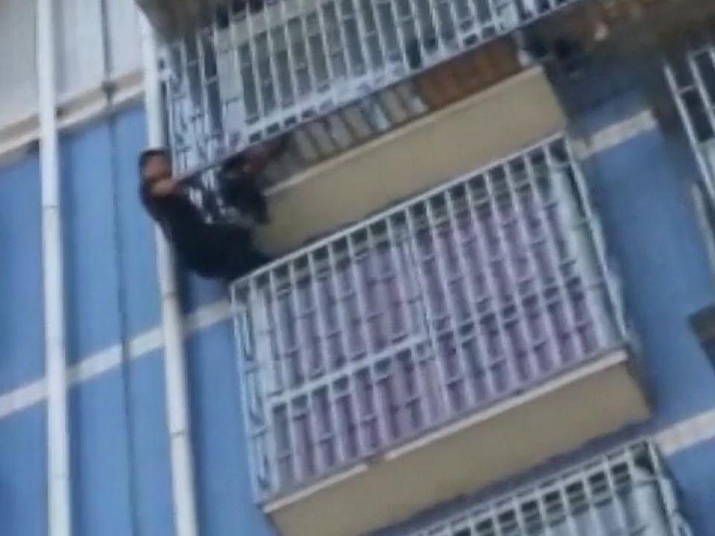 Aksi Spiderman Muncul di China