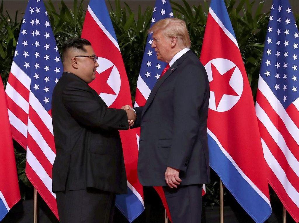 Jabat Tangan Trump-Kim yang Pertama Bagi Pemimpin AS dan Korut