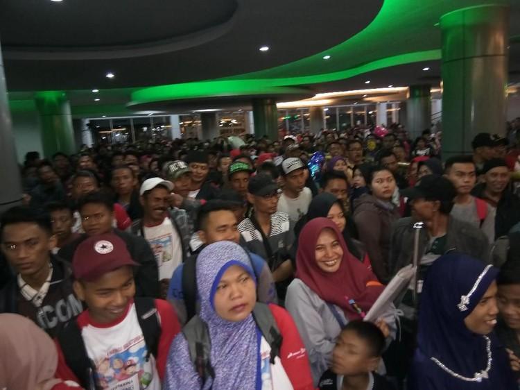 Ribuan Penumpang Padati Pelabuhan Makassar