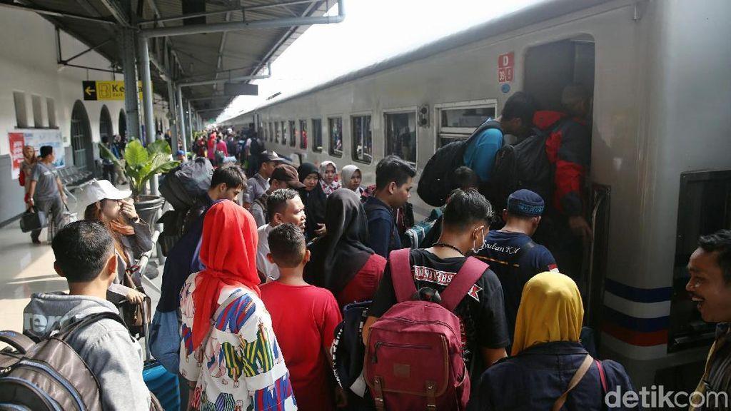 143.465 Pemudik Berangkat dari Stasiun Pasar Senen