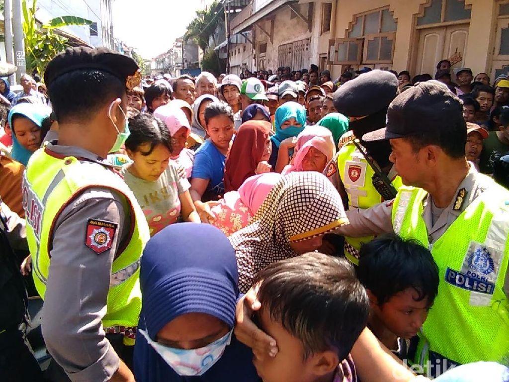 Ribuan Orang Rela Antre Panjang Demi Rp 40 Ribu di Surabaya