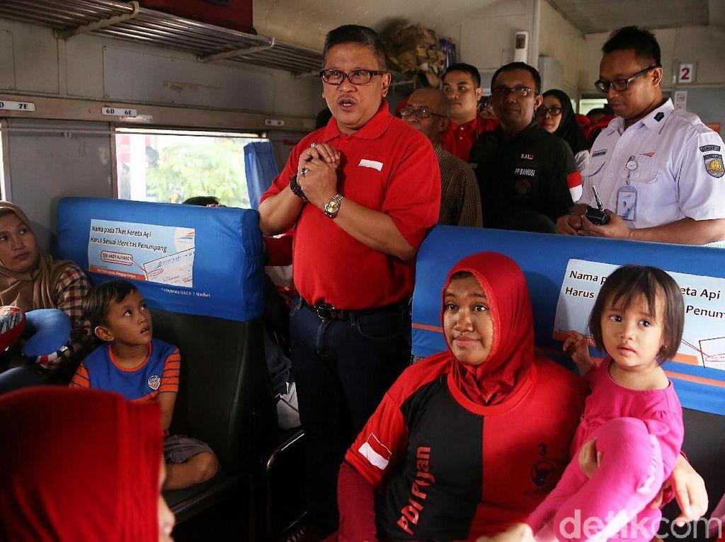 Hasto Kristiyanto Lepas Pemudik di Stasiun Senen