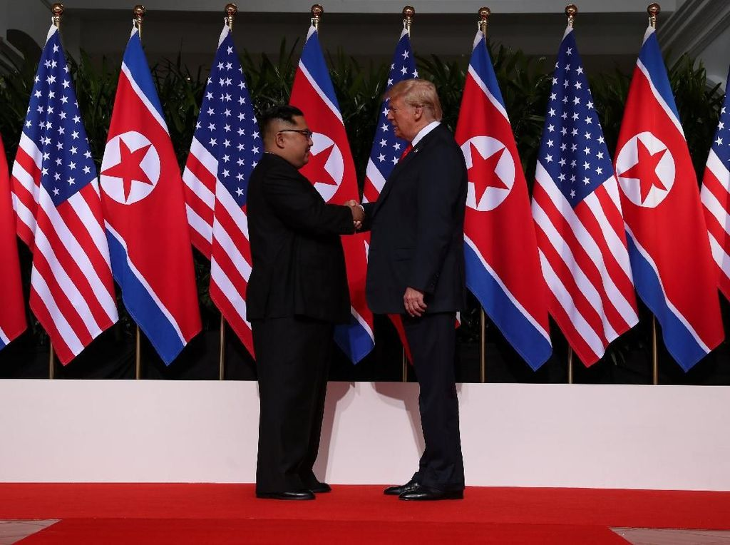 Jabat Tangan Bersejarah Awali Pertemuan Trump dan Kim Jong-Un