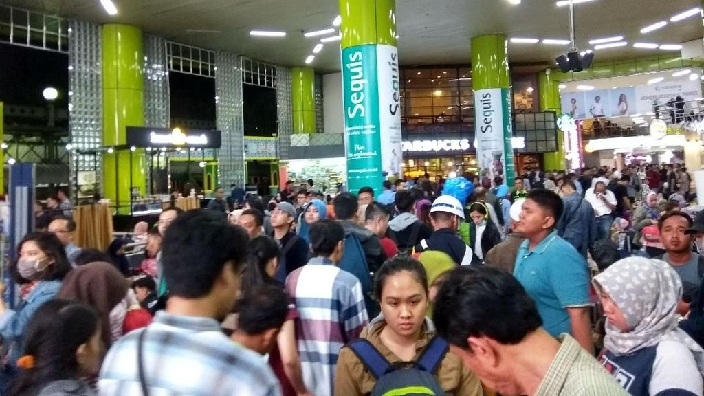 Foto: Suasana di Stasiun Gambir Malam Ini