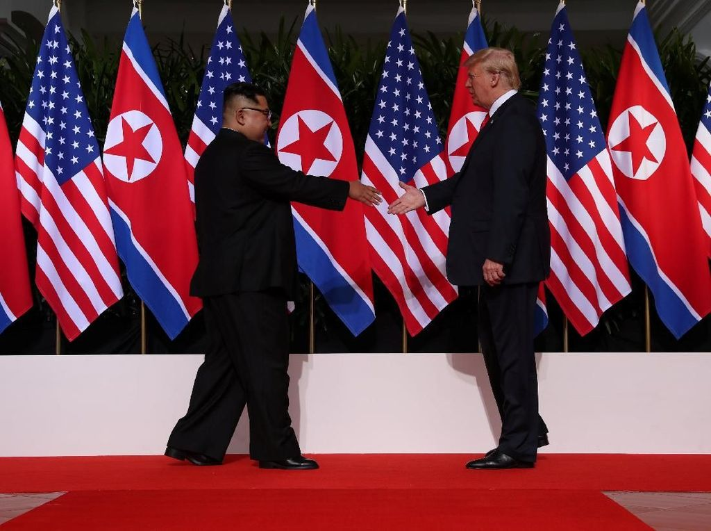 Momen Bersejarah Saat 2 Pemimpin Negara Nuklir Berjabat Tangan