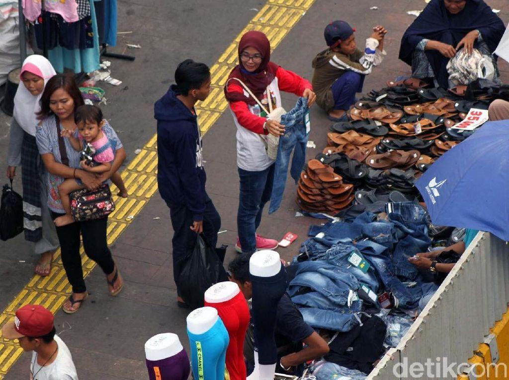 Jelang Lebaran, PKL Kuasai Trotoar Pasar Tanah Abang