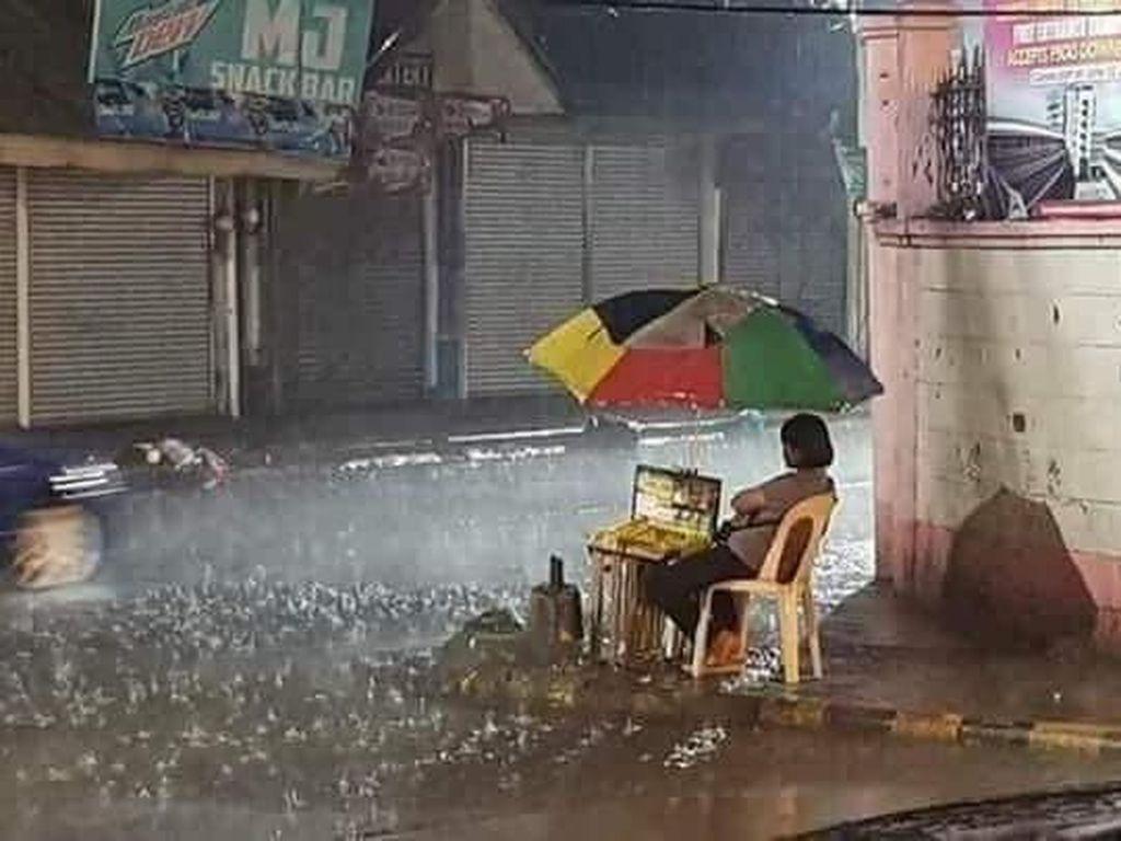 Foto Viral Wanita Jualan di Tengah Hujan Deras Ini Bikin Netizen Nangis
