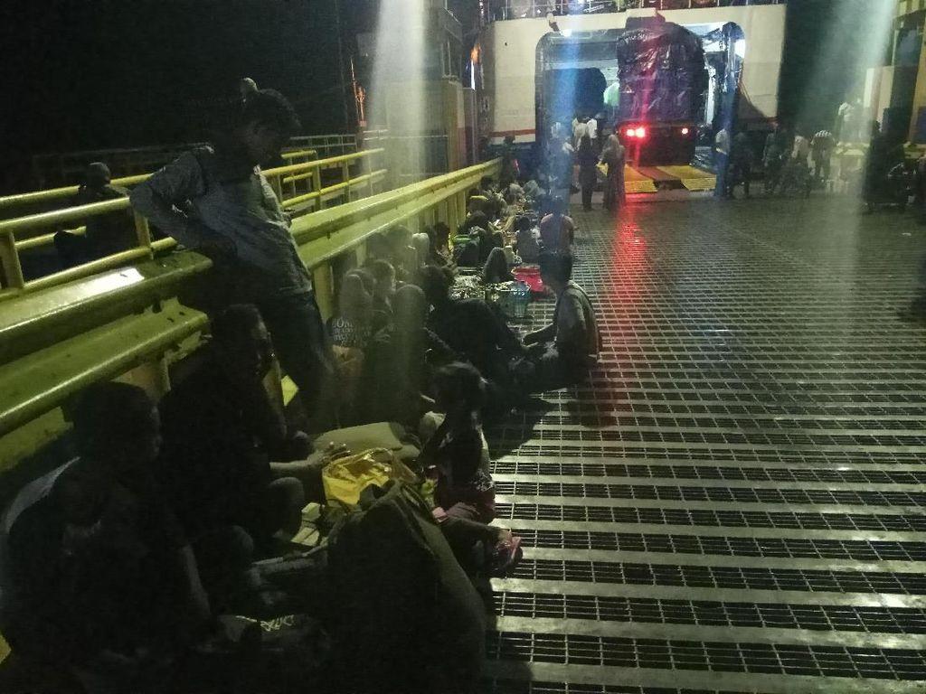 Air Laut Surut, Pemudik Telantar di Dermaga Bajoe Bone