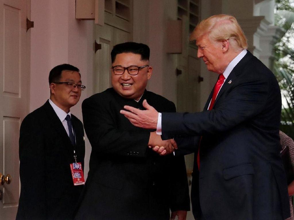 Hangatnya Pertemuan Trump-Kim, Tepukan di Punggung dan Sentuhan