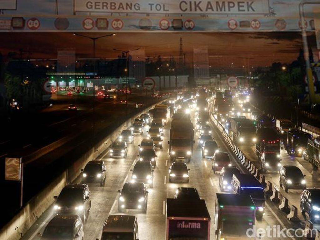 Tol Cikampek Arah Jakarta Macet 18 Km