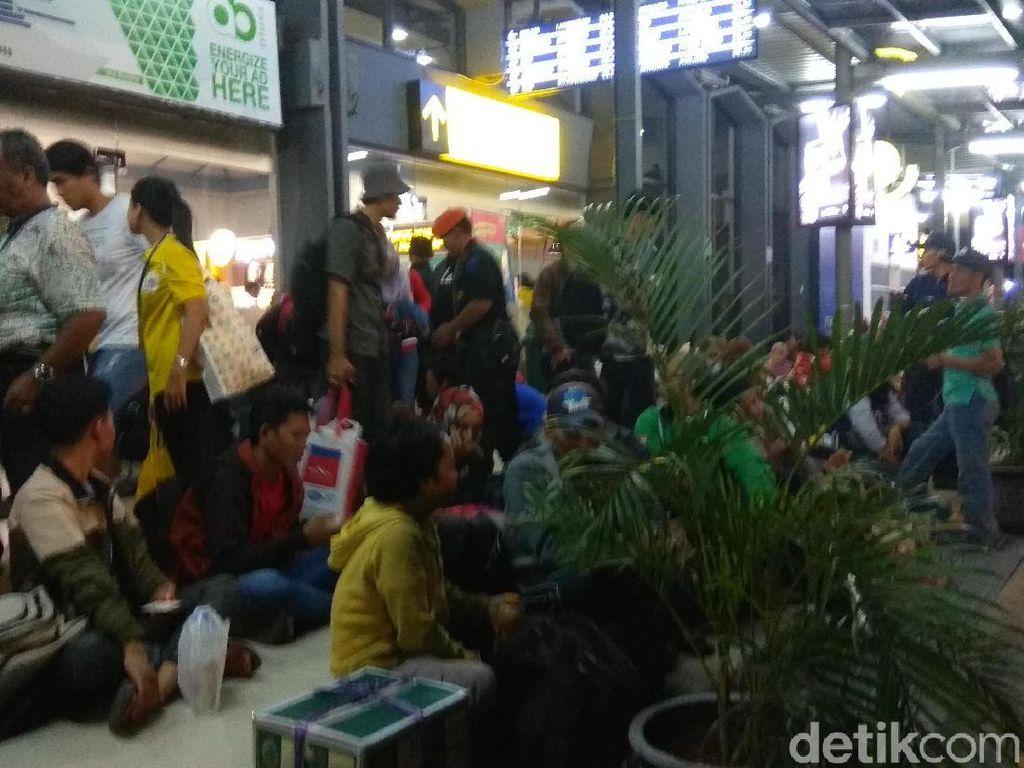 H-2 Lebaran Puncak Arus Mudik di Stasiun Pasar Turi