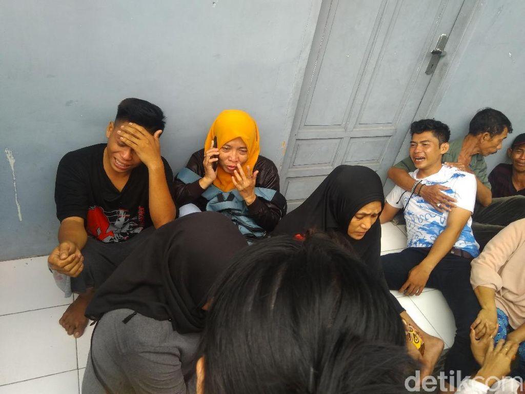 Video Haru Keluarga Korban Kapal Tenggelam di Makassar