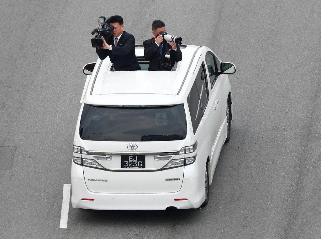 Trump Bawa Sniper, Kim Jong Un Boyong Kameramen Saat di Singapura