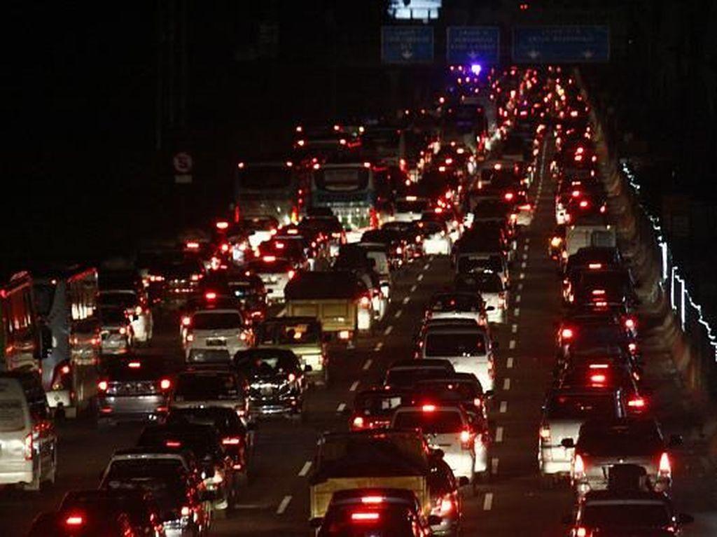 Puncak Arus Mudik, Tol Jakarta-Cikampek Macet Panjang!