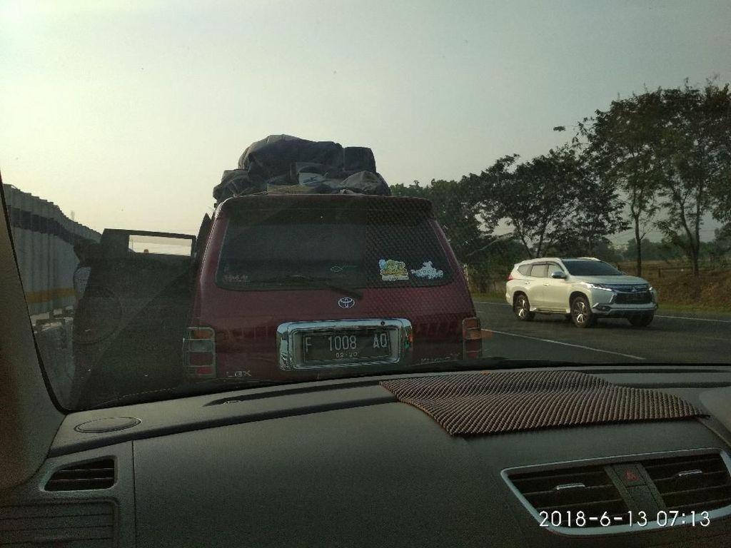 Pemudik Mengeluh Terjebak Macet di Contraflow Tol Cikampek
