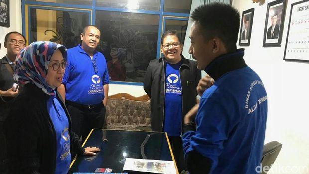 Komisioner Ombudsman bertanya pada petugas Pintu Air Manggarai