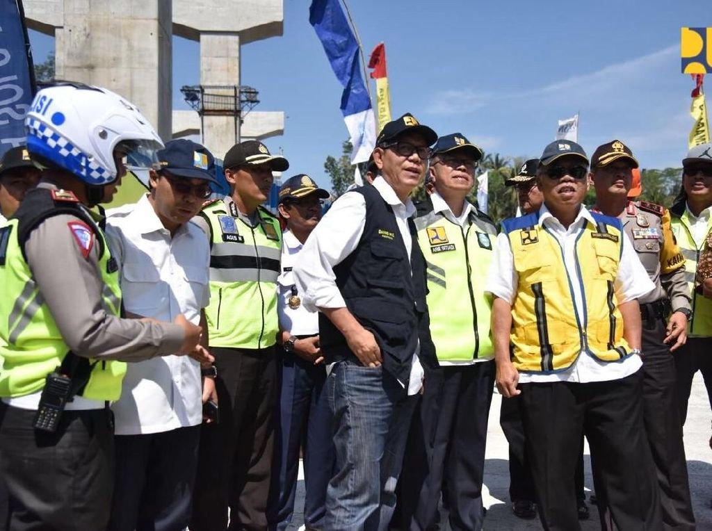 Naik Truk, Menteri PUPR Tes Jembatan Kalikuto Dibuka untuk Mudik