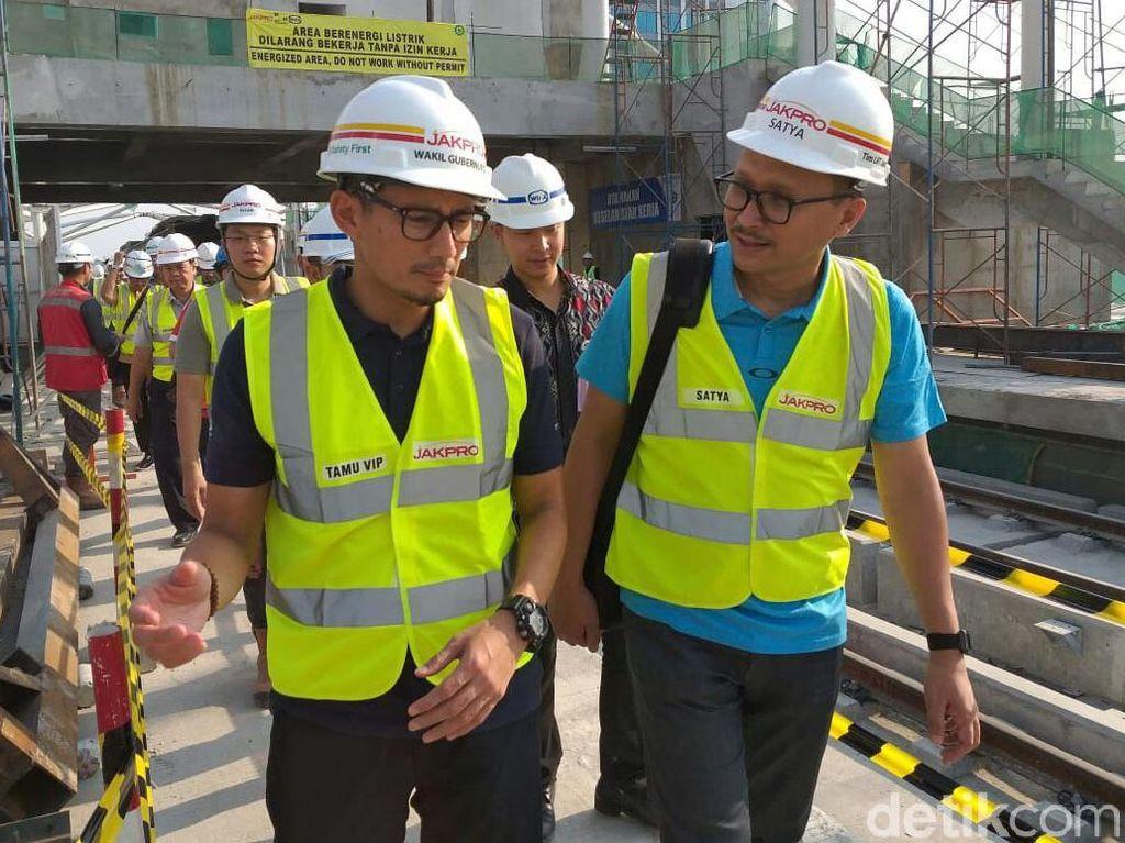 Pakai Rompi Proyek, Sandi Cek Proyek LRT Jakarta di Libur Lebaran