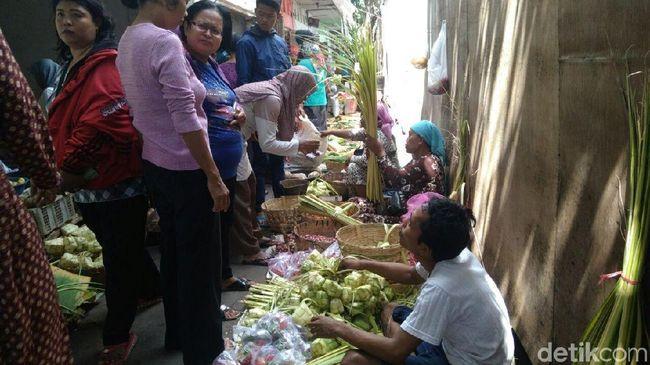 Rayakan Lebaran dengan Ketupat, Warga Serbu Penjual Janur