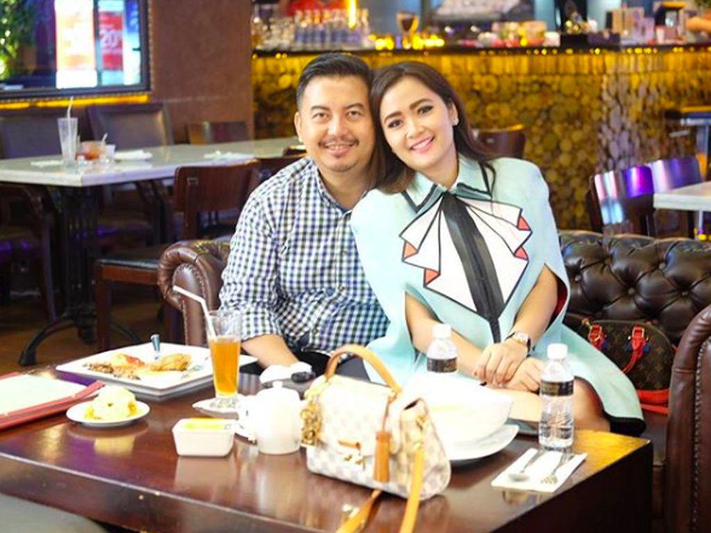 10 Gaya Presenter Kocak Vega Darwanti Makan Bakso hingga Sushi