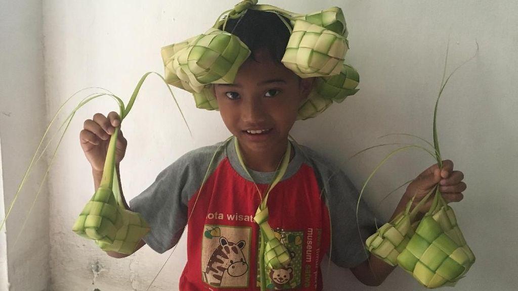 Ekspresi Lucu Anak-anak Saat Foto dengan Ketupat