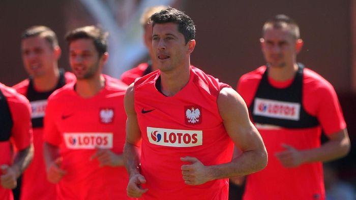 Robert Lewandowski akan jadi andalan Polandia saat menghadapi Senegal (Hannah McKay/Reuters)