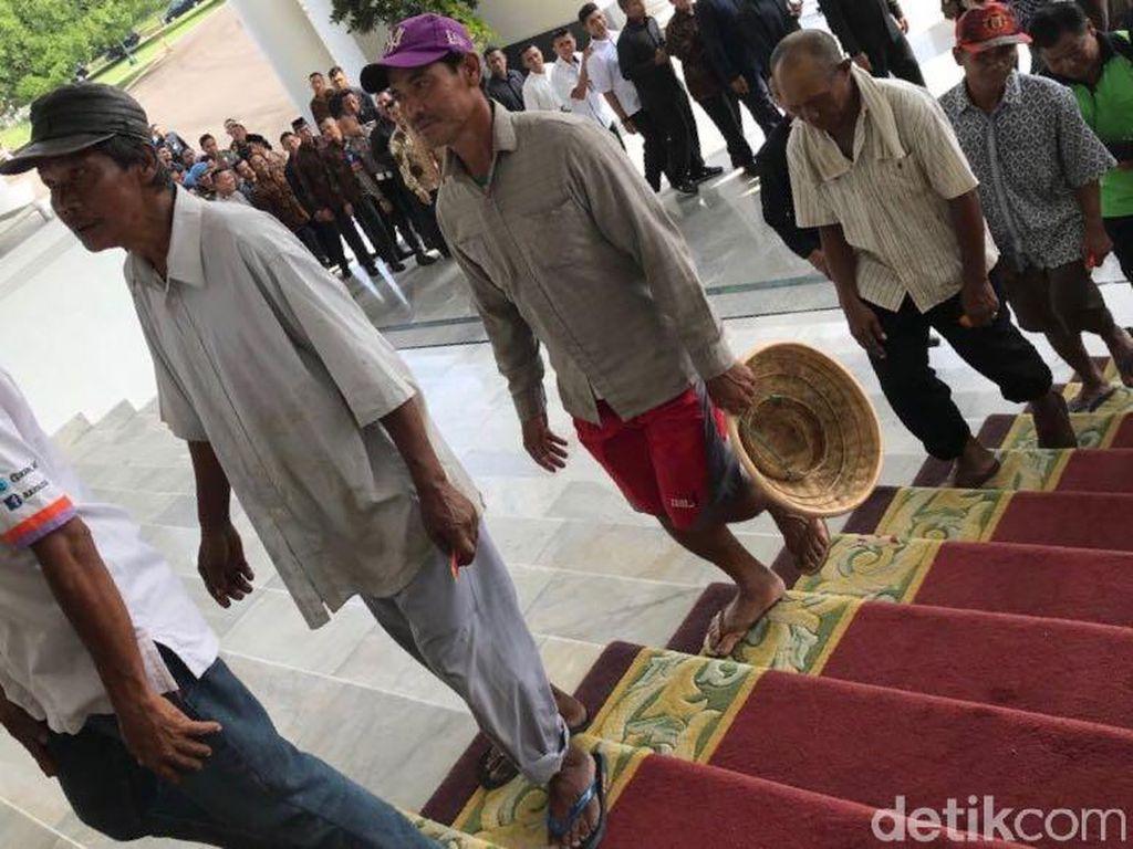 Tukang Becak Bersandal Jepit Ikut Antre Salaman dengan Jokowi