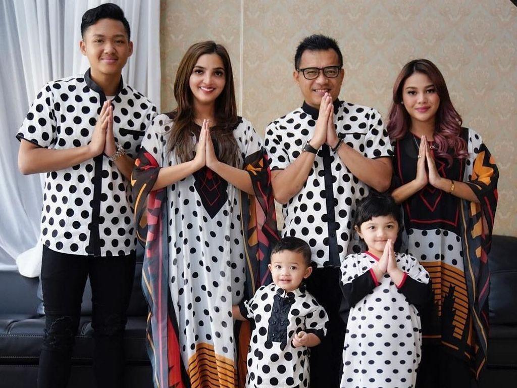 Foto: Adu Gaya Seragam Keluarga Artis di Lebaran 2018, Ashanty sampai KD