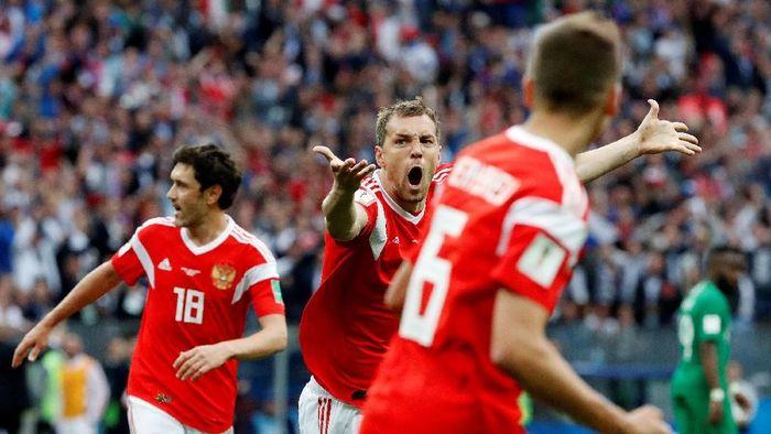 Pemain Timnas Rusia Artem Dzyuba (tengah) merayakan golnya ke gawang Arab Saudi di laga pembuka Piala Dunia 2018. (Foto: Grigory Dukor/Reuters)