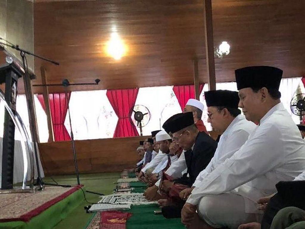 Momen Prabowo dan Fadli Zon Salat Id di Hambalang