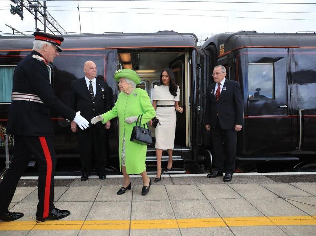 Meghan Markle Dilarang Pakai Perhiasan Ratu Elizabeth, Pangeran Harry Kecewa